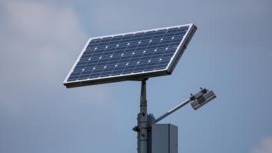 صورة أعمدة إنارة بالطاقة الشمسية لتوفير الكهرباء بطرابلس