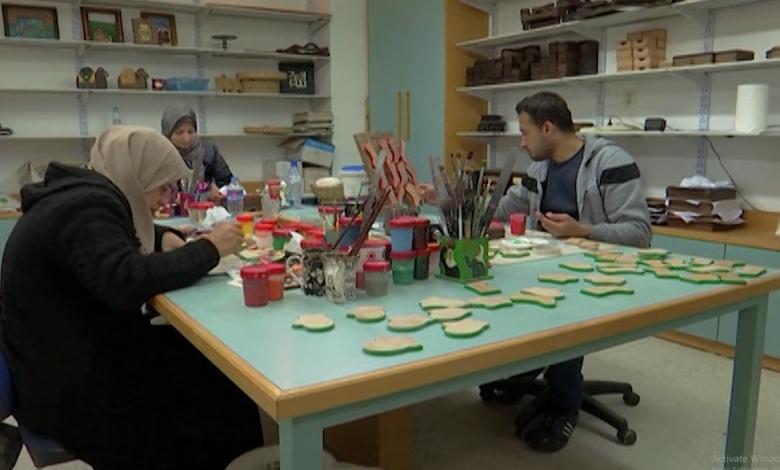 الفلسطينيون يصنعون البهجة ويستعدون لـ عيد الميلاد