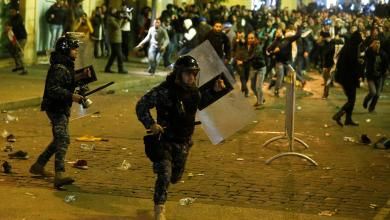 Photo of لبنان.. استمرار الاحتجاجات بانتظار الاستشارات النيابية