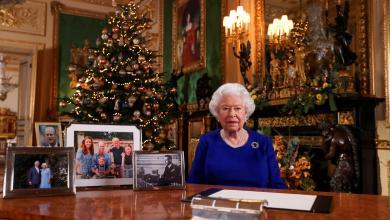 """Photo of """"الفستان الأزرق"""" للملكة إليزابيث يُشْعِل """"جدلاً أوروبياً"""""""