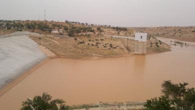 Photo of فيضان سد وادي قطارة يُغلق طرقا جنوب بنغازي