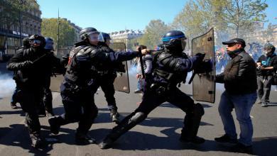 صورة اشتباكات في باريس بين الشرطة ورجال إطفاء محتجين