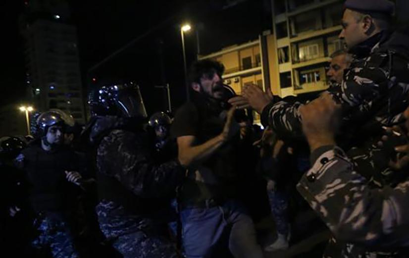 الأمن اللبناني يفرق محتجين أمام مقر الحكومة بالقوة
