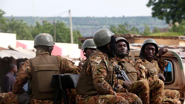 Photo of مُسلّحون يقتلون 19 جندياً مالياً ويلوذون بالفرار