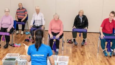 صورة مدربة تبتكر تمارين للمعاقين وكبار السن