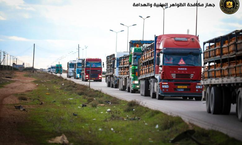 قافلة من 12 شاحنة تقل أكثر من 6000 اسطوانة غاز إلى الجبل الأخضر بتوجيهات من قيادة الجيش