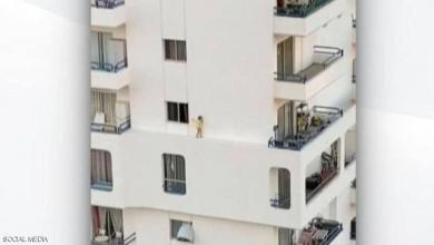 Photo of فيديو يحبس الأنفاس.. طفل يسير على حافة بناية
