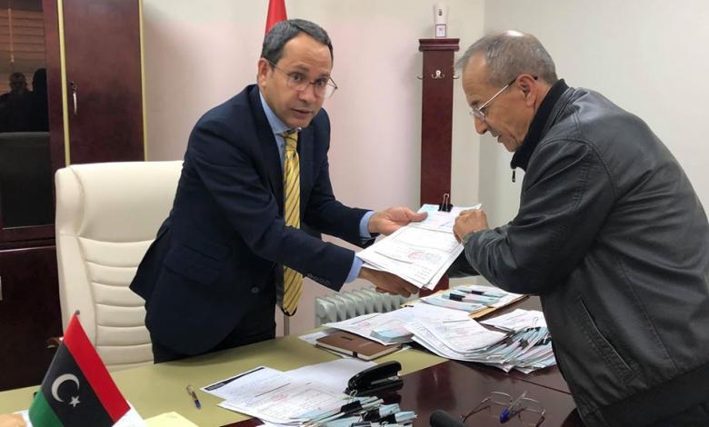 وكيل وزارة تعليم الوفاق عادل جمعة يسلم صكوك الميزانية التشغيلية لمراقبات التعليم