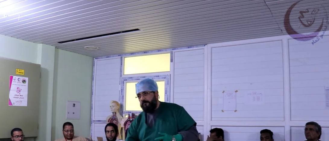 الدكتور بدر الباجقني مشرف الدورات العلمية التأهيلية بمستشفى غدامس العام