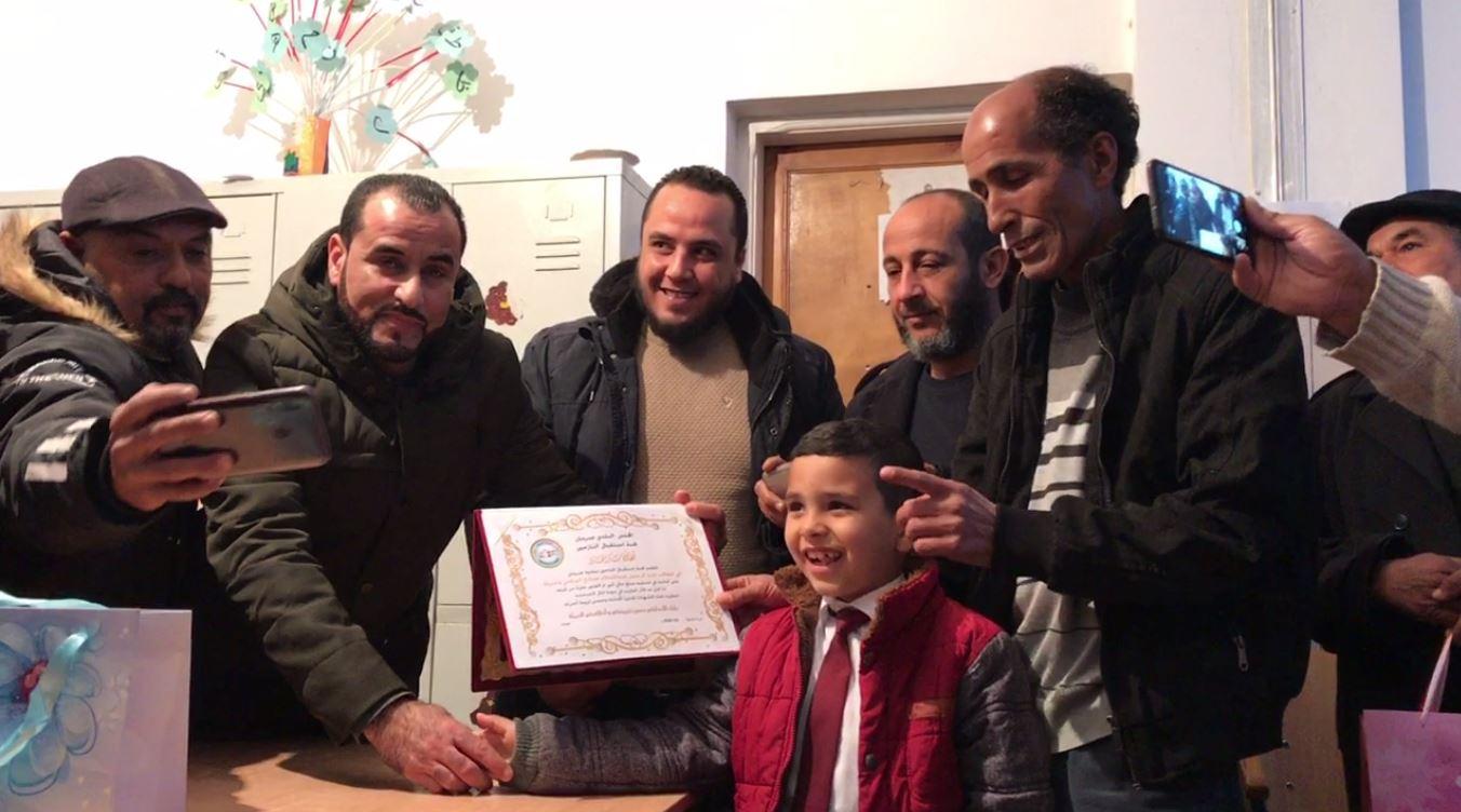"""الطفل """"عبدالرحمن"""" مع والده في حفل التكريم"""
