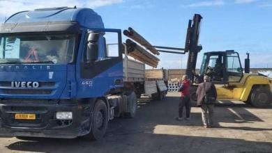 صورة هيئة الكهرباء تسلم شحنة معدات لبلدية الكفرة