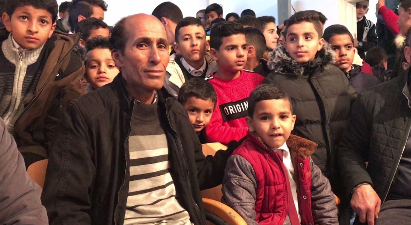 الطفل الأمين مع والده وأقرانه في مدرسة صرمان