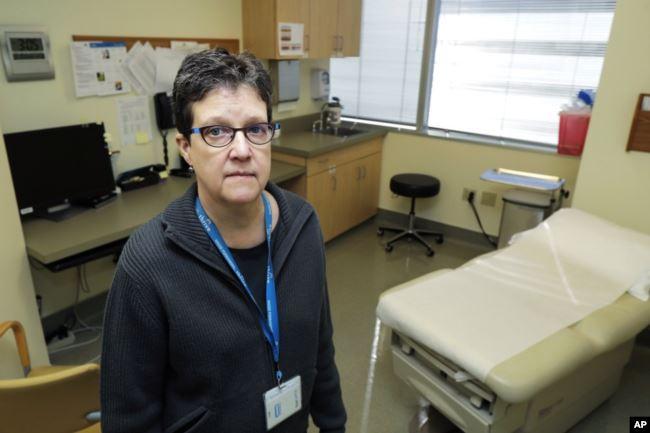 الطبيبة ليزا جاكسون تجري اختبارات لقاح فيروس كورونا المستجد