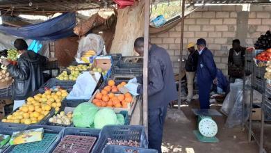 """صورة """"رقابة الأغذية"""" تُصادر خضروات فاسدة في سوق القطرون"""
