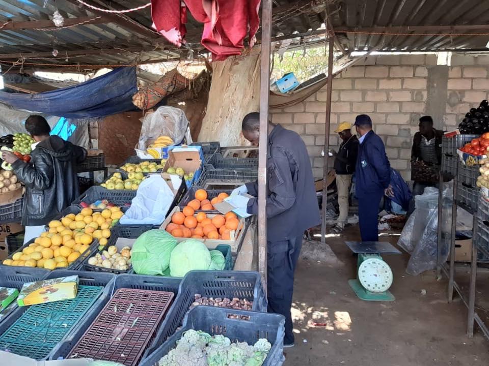 رقابة الأغذية تُصادر خضروات فاسدة في سوق القطرون