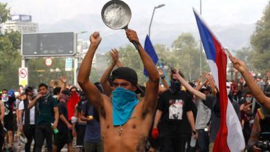صورة مواجهات عنيفة في تشيلي خلال تظاهرات تطالب بإصلاحات