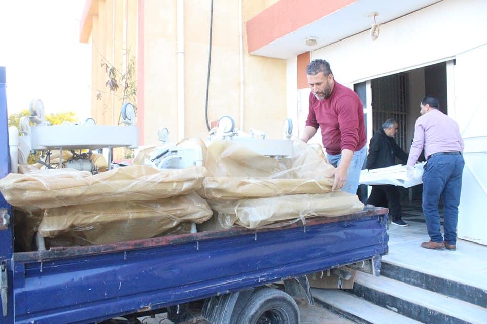 مواطن يتبرع بـ 7 أسِرّة للعناية و الكشف لمبنى الحجر الصحي في طبرق