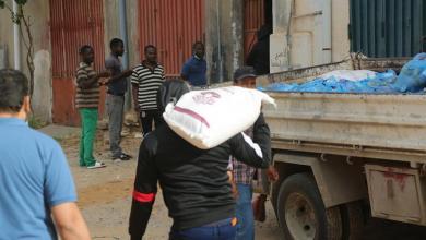 صورة بلدية تاجوراء تعلن توزيع 120 سلة غذائية على العمالة الأفريقية الوافدة