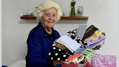 صورة عجوز إيطالية تصنع كمامات زاهية وجميلة (صور)