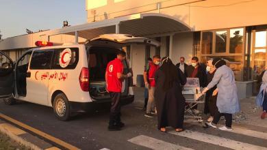 """صورة عناصر""""الهلال الأحمر"""" طرابلس تخلي المرضى من مستشفى الخضراء"""