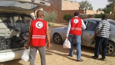 صورة الهلال الأحمر مرزق يوزع مساعدات غذائية على الأسر المحتاجة بالمدينة