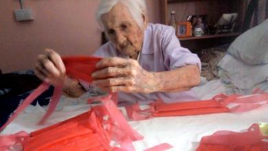 """Photo of في عمر 96 عامًا """"تليما بوردوني"""" تخيط الكمامات للتبرع بها لمشافي الأرجنيتن"""