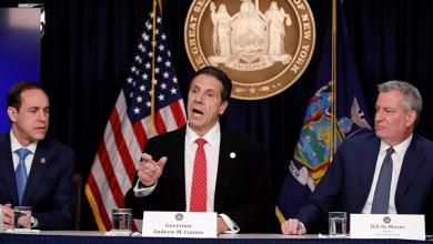 صورة حاكم ولاية نيويورك يجري اختبار كورونا على الهواء