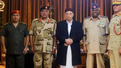 Photo of عقيلة صالح يلتقي قادة الجيش بمدينة القبة