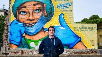 """صورة فنان إيطالي يُكرّم الكوادر الطبية بجدارية """"كي لا ننسى"""""""