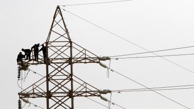 """""""رجال الكهرباء"""" يعملون على صيانة شبكة ضغط عالي -""""أرشيفية"""""""