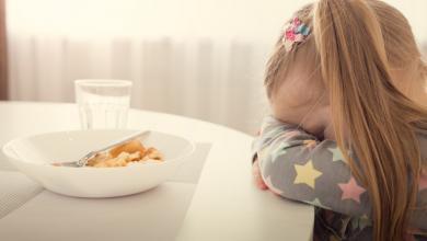 صورة إرغام الطفل على الأكل خطأ كبير لهذه الأسباب
