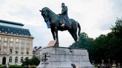 صورة جورج فلويد يُسقِط تماثيل العنصرية في العالم