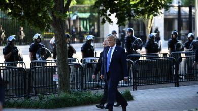 "Photo of ترامب يقترب من المتظاهرين ويزور كنيسة ""خربها المحتجون"""