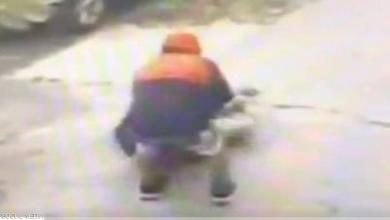 Photo of شاهد بالفيديو.. لص يعتدي على مُسن ويسرقه في وضح النهار