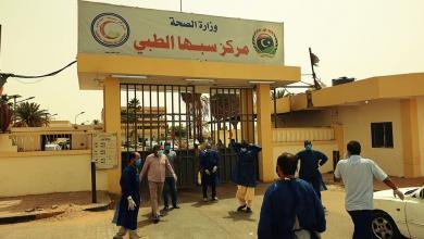 """Photo of """"سبها الطبي"""" يُغلق بابه الرئيسي لعدم التزام المواطنين"""
