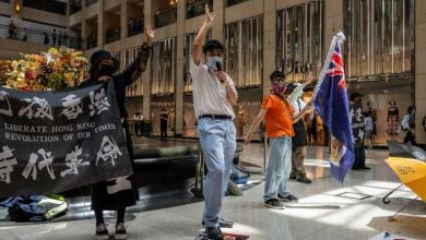 "Photo of شرطة هونغ كونغ تُشهر ""سلاح الاعتقال"" بوجه المحتجين"