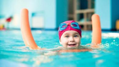 صورة كيف نحمي آذان الأطفال من الالتهابات بعد السباحة؟