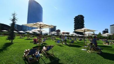 """صورة ميلانو تخرج من عزلة كورونا بشاطئ بلا مياه """"صور"""""""