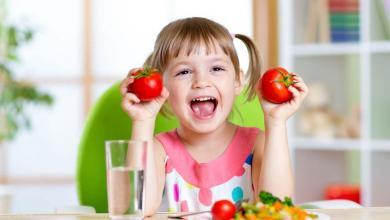 صورة تناول الطعام باليد و6 فوائد مهمة يقدمها لطفلك