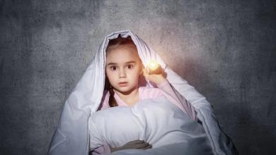 صورة طفلك يخاف من الظلام.. كيف تعرفين هذا وماذا تفعلين؟