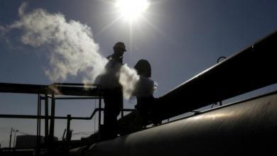 صورة انخفاض أسعار النفط عالميا مع تراجع توقعات الطلب