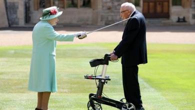 """صورة الملكة إليزابيث تُكافئ مُسناً تحوّل إلى """"بطل قومي"""""""