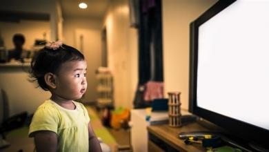 صورة أبعدوا أطفالكم عن شاشات التلفزيون.. لهذه الأسباب