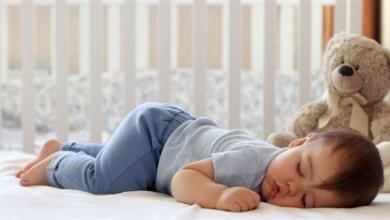 صورة فوائد نوم الرضيع على بطنه.. وأخطاء عليكم تجنبها