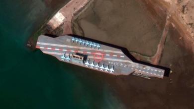 صورة إيران تستخدم مجسماً لسفينة أميركية في مناورات حربية