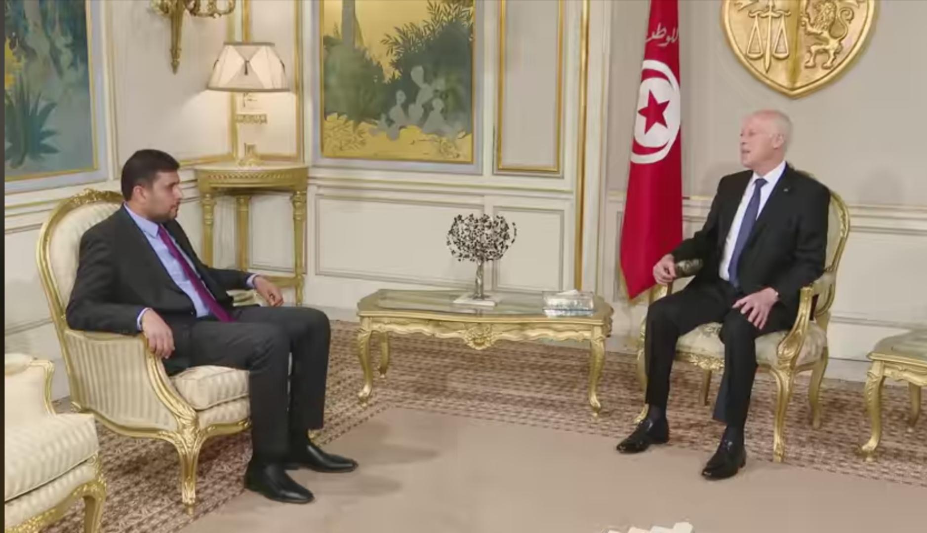لقاء الرئيس التونسي قيس سعيد مع وزير الاقتصاد بحكومة الوفاق الليبية فرج بوطاري