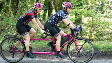 Photo of بريطانيتان تجوبان العالم على دراجة وتدخلان موسوعة غينيس