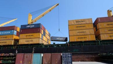 """مئات الحاويات من السلع المختلفة على متن 3 سفن تصل لميناء بنغازي البحري-""""أرشيفية"""""""