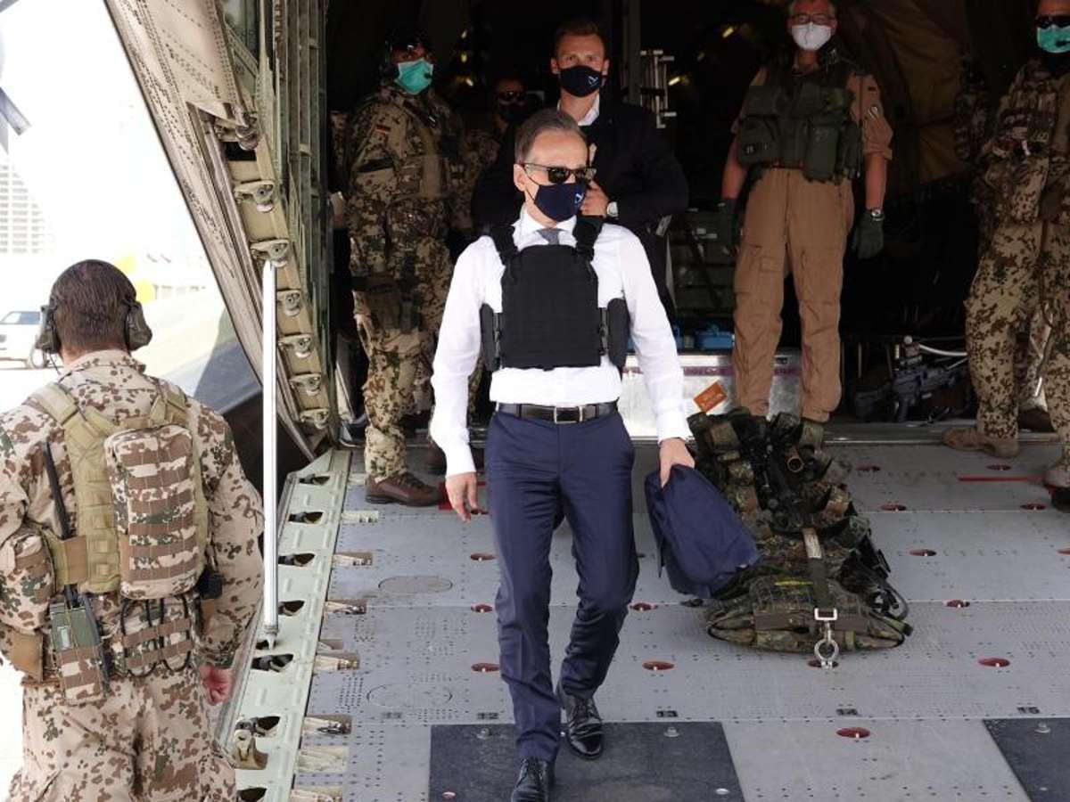 وزير الخارجية الألماني لحظة وصوله إلى طرابلس