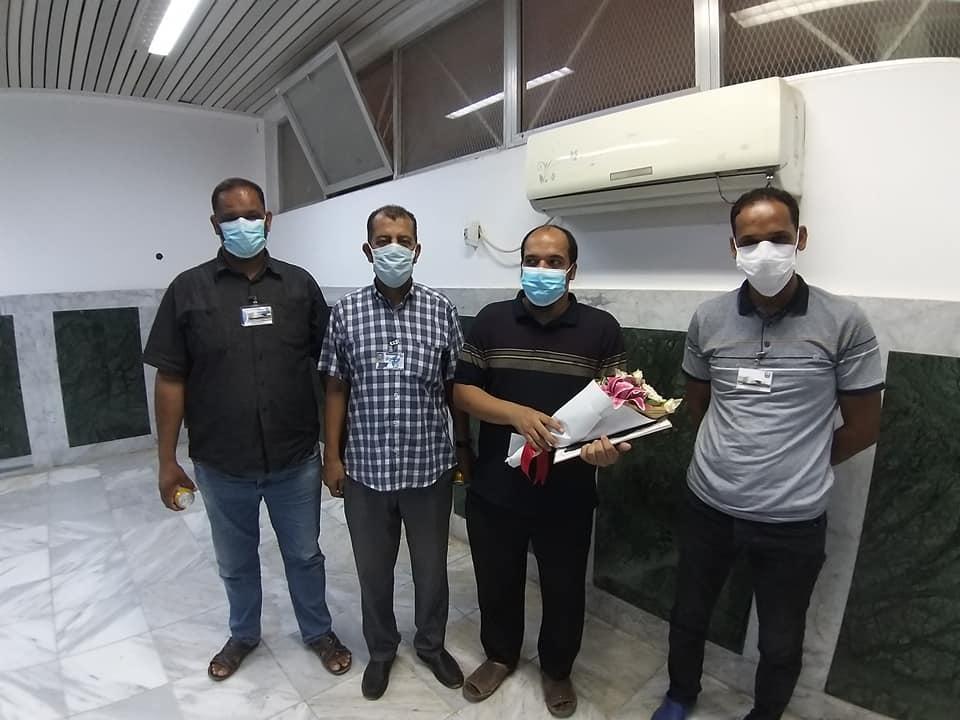مركز طبرق الطبي الطبي يُكرم أول طبيب مصاب بكورونا بعد شفاءه